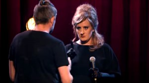 Adele se disfraza de Adele Portada