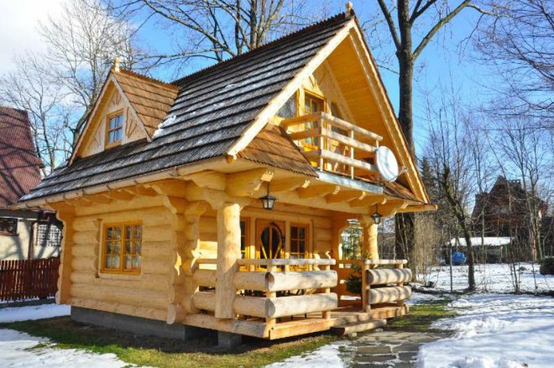 Pequeña cabaña de madera es tan hermosa y acogedora que parece de ...