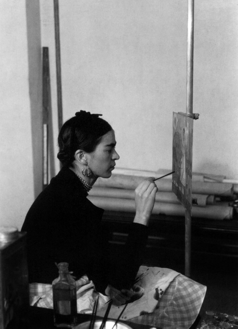 6ýÉ-OEŸÍlÇßôý]â#èñô6n÷z=d'SÿÙFrida Kahlo (1907-1954) mexican painter, here painting a Self-portrait on the border line between Mexico and United States in Detroit Institute of A
