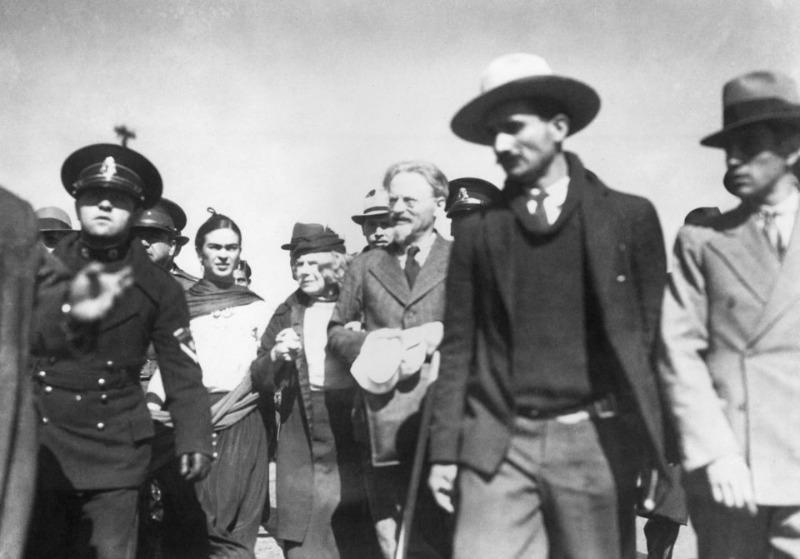 ×IõÔûYô¾Û;µû'§èGü?Ú}Ÿæ//I%?ÿÙFrida Kahlo, Natalia Sedowa and Leon Trotski after arrival in Tampico Mexico, January